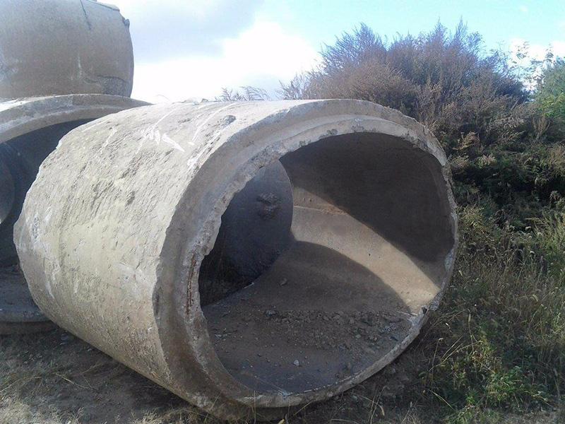 A descoperit aruncate aceste conducte imense de beton și a știut exact ce trebuie să facă