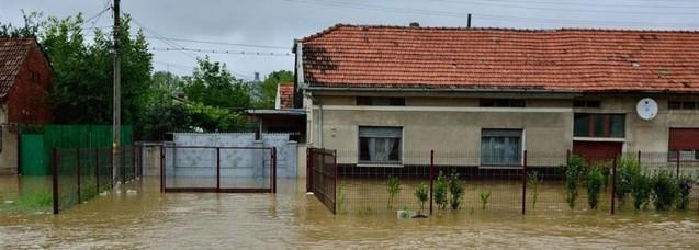 Cu mare discreție, Episcopia Ortodoxă a Caransebeșului ajută cu bani familiile ale căror case au fost distruse de inundații