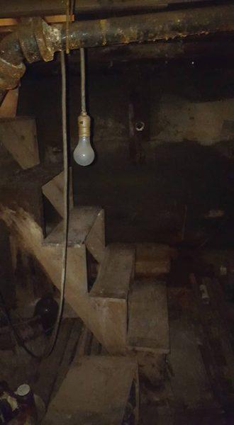 O femeie ce a dorit sa schimbe un covor, a descoperit usa unei pivnite si a avut o surpriza placuta